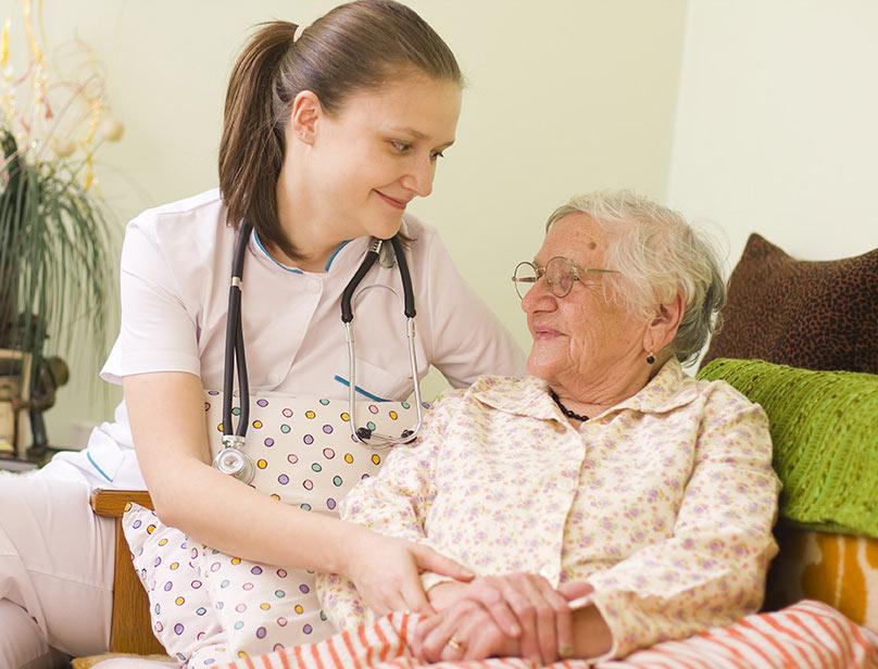 sykepleier-eldre-dame